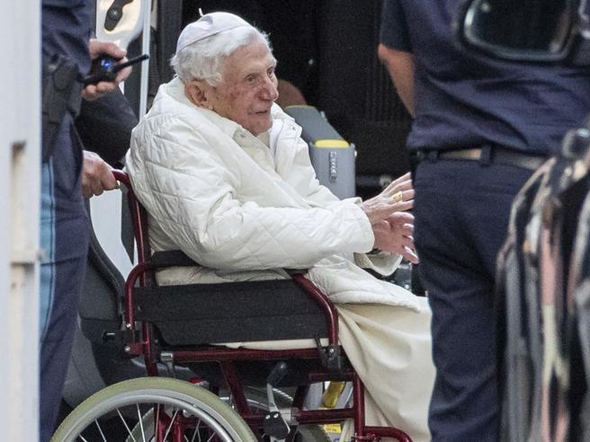 Benedetto XVI, torna l'allarme sulla salute: «Ha l'erisipela, una grave infezione al viso»